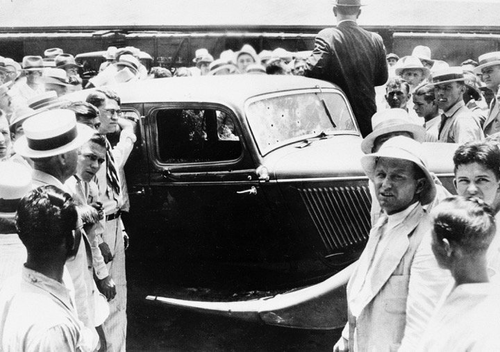 On #ThisDayinHistory 1934, police kill famous outlaws Bonnie and Clyde. https://t.co/I1oGG1jLCv https://t.co/j5PkmmKM7o