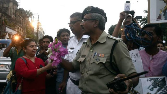 Journalists take out march, gift flowers to police for assaulting them on Monday