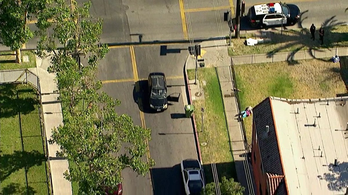 #BREAKINGNEWS 1 killed, 1 wounded in shooting, possibly gang-related, at 79th/McKinley in Florence area of South LA