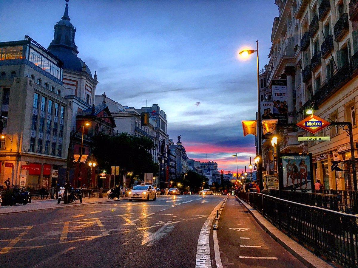 Madrugar, en #madrid, no es madrugar... así vi despertarse a la Calle de Alcalá ¡Vaya lujo! 😍 #FelizMiercoles