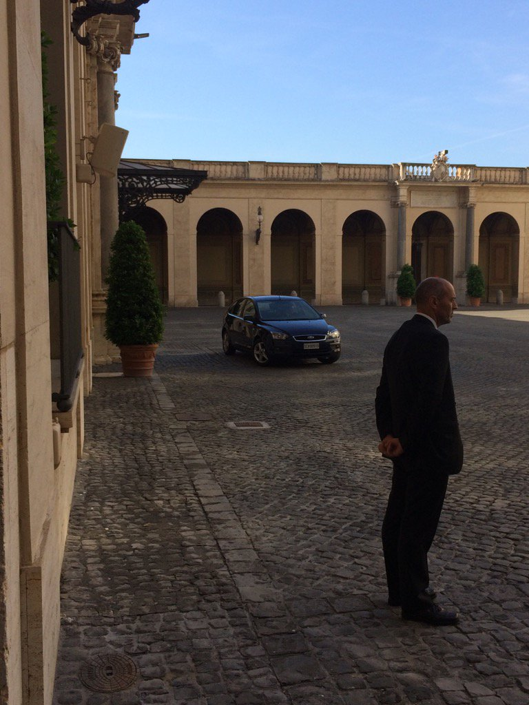 RT @ctrlamb: #Pope arrived in #ford focus for his meeting with #Trump. The #President has a motorcade of 62 vehicles https://t.co/wTbsNwpjwA