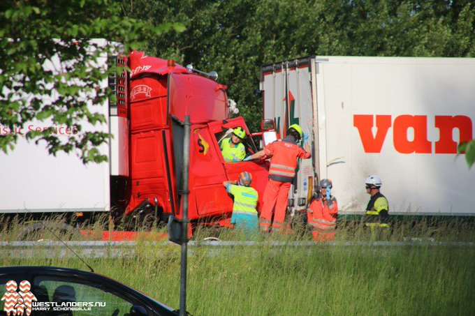 Chauffeur bekneld na inrijden op file A20 https://t.co/Gk1CydABGA https://t.co/zVJRzFpp6E