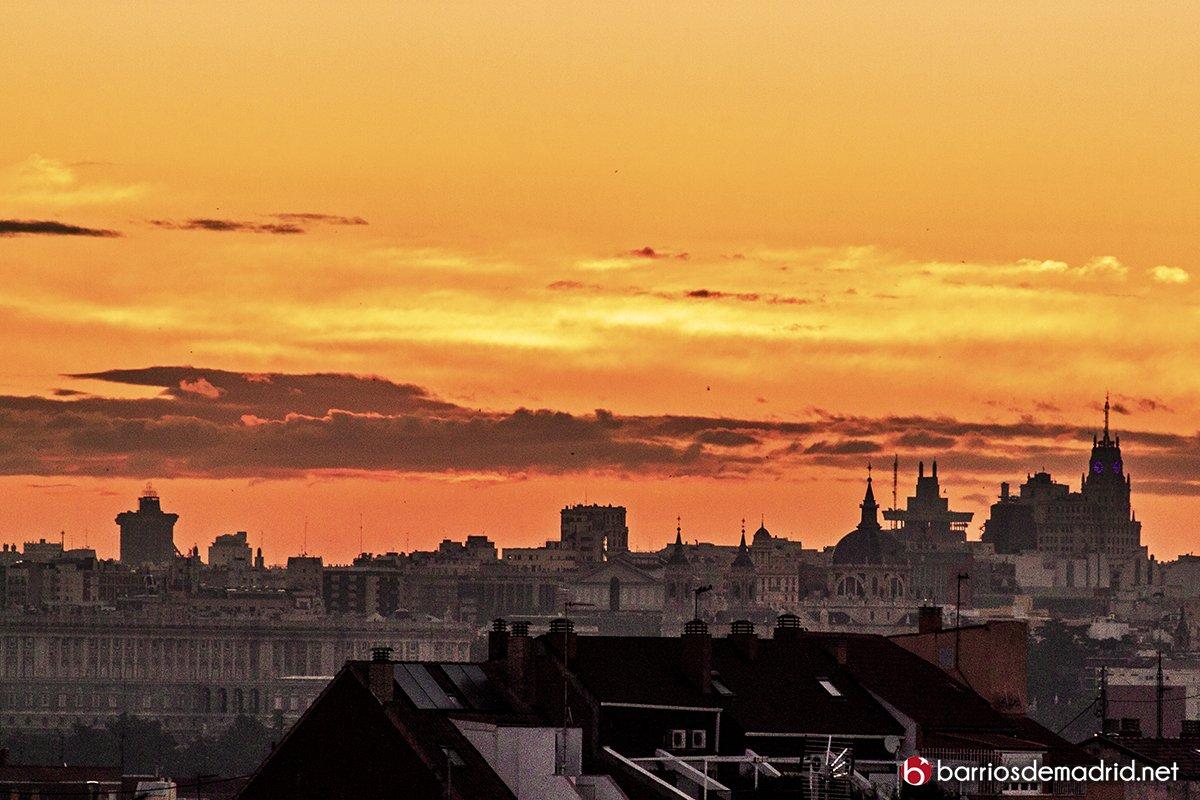 Esta ciudad y sus maneras tan singulares de darnos los buenos días ¡#felizjueves! #madrid (Foto de @BarriosdeMadrid)