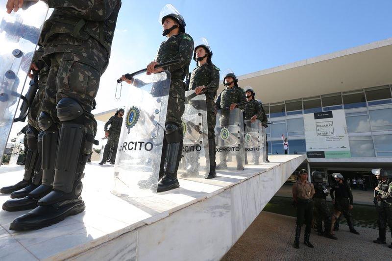 Temer reúne ministros para avaliar se revoga convocação das Forças Armadas.
