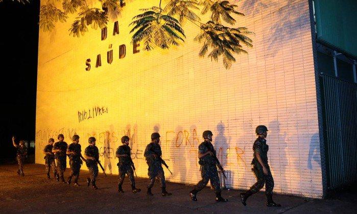 Decreto de uso das Forças Armadas é sinal de governo vulnerável, dizem especialistas.