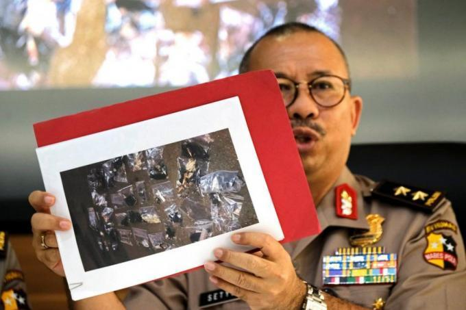 Indonesian police launch raids after Jakarta blast linked to IS