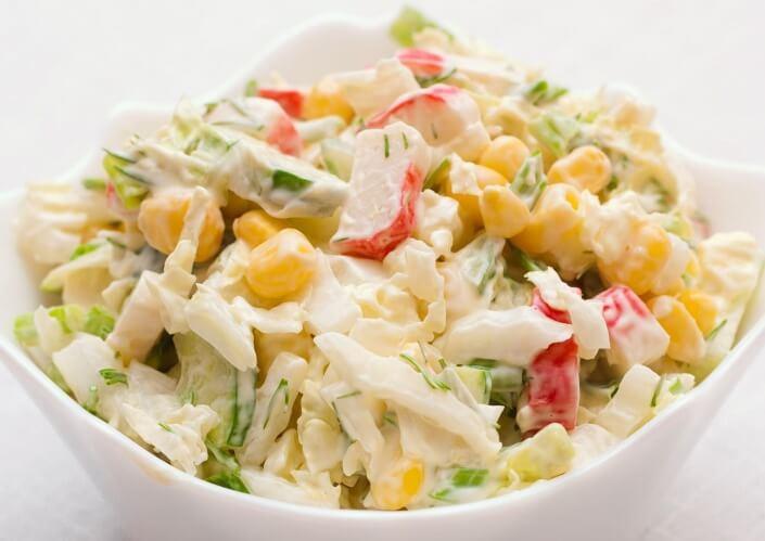 Салат с крабовыми палочками с огурцами и кукурузой