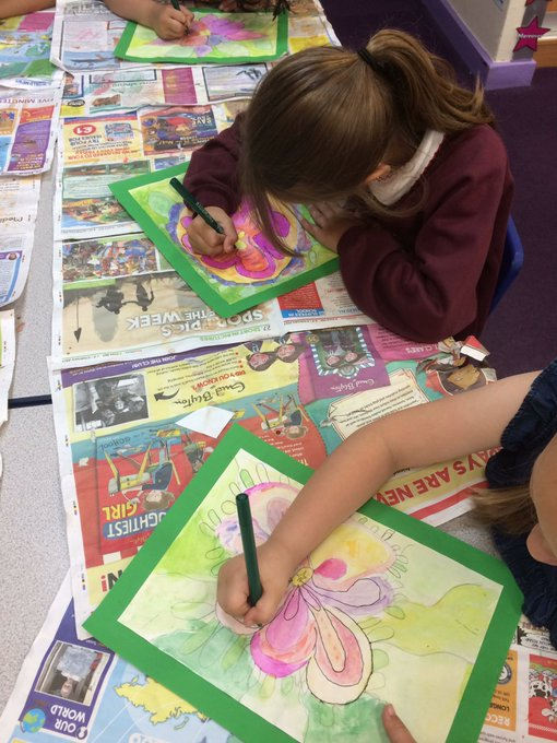 L3 are putting the finishing touches to their water colour flowers by using a fine liner.#taking care https://t.co/Qj4Z3HdCQC