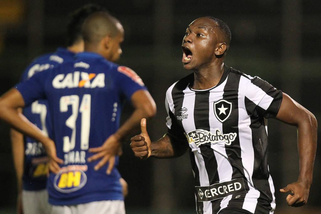 O Botafogo acertou a troca do atacante Sassá com o meia Marcos Vinícius do Cruzeiro.