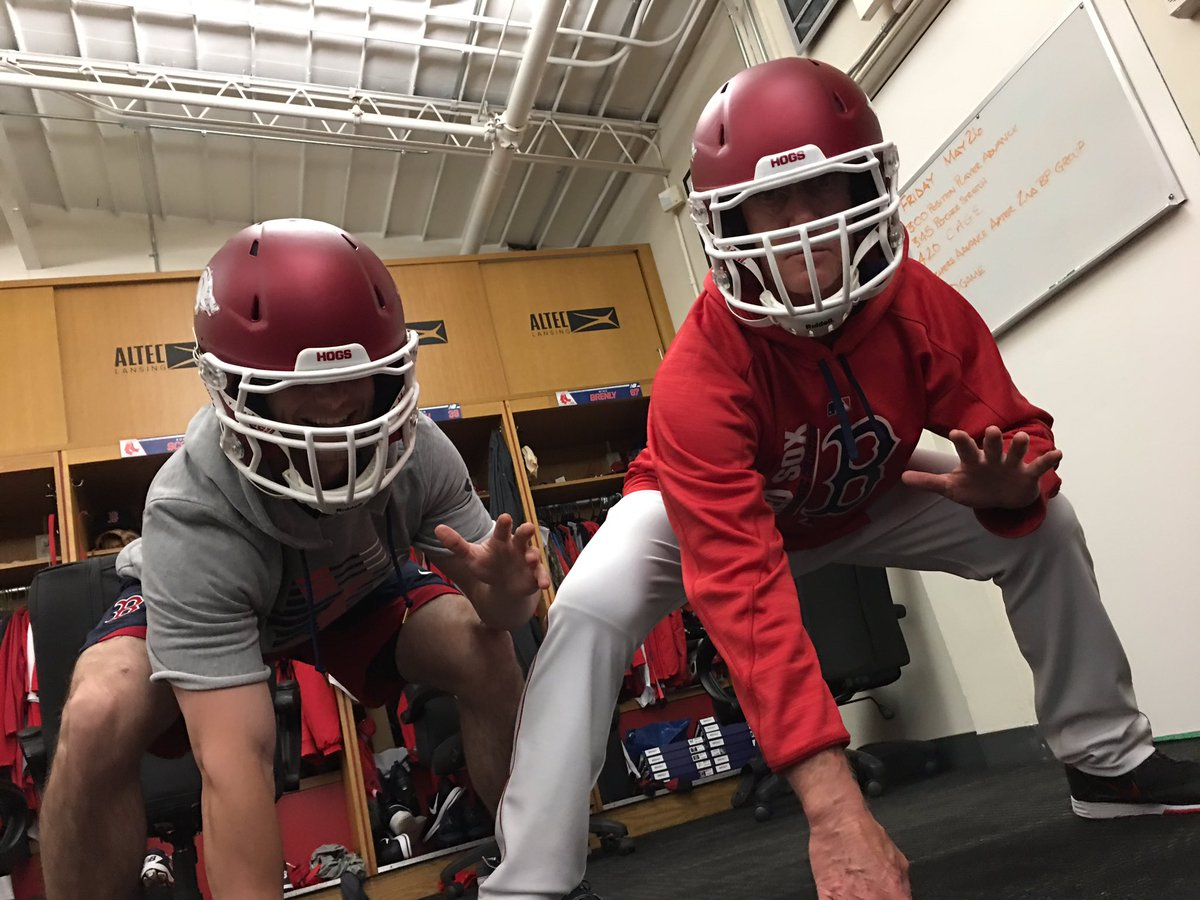 Huge thanks to @RazorbackEquip for hooking us up with these sick helmets! #WPS @RazorbackFB https://t.co/qxC6VqPzYS