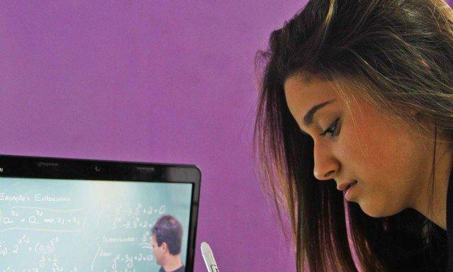 Governo volta atrás em parte da ampliação do ensino a distância.