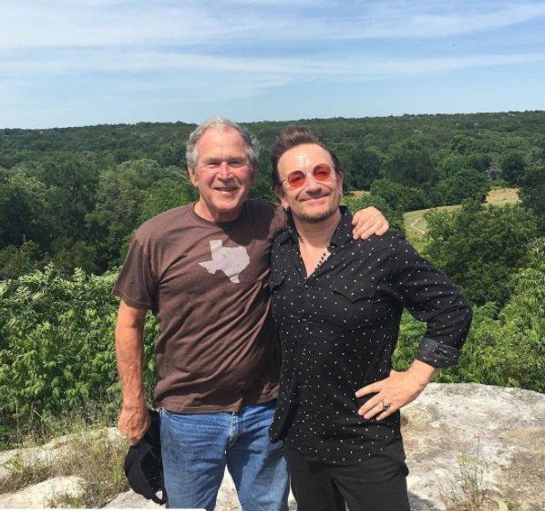 Foto reunindo George W. Bush e Bono deixa fãs confusos (mas foi por uma boa causa).
