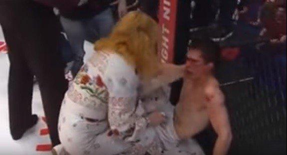 Lutador de MMA é massacrado no ringue e ainda leva tapa da mãe. [@BlogPageNFound]