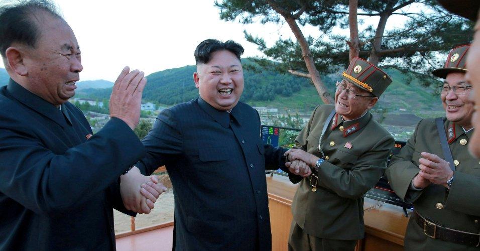"""Os homens do ditador Quem são os três """"queridinhos de Kim Jong-un"""" que saem nas fotos?"""