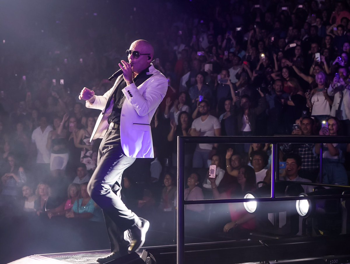 Thank you Sacramento and @Golden1Center ! Last night was off the rip #Dale https://t.co/rJmY4kdwzZ