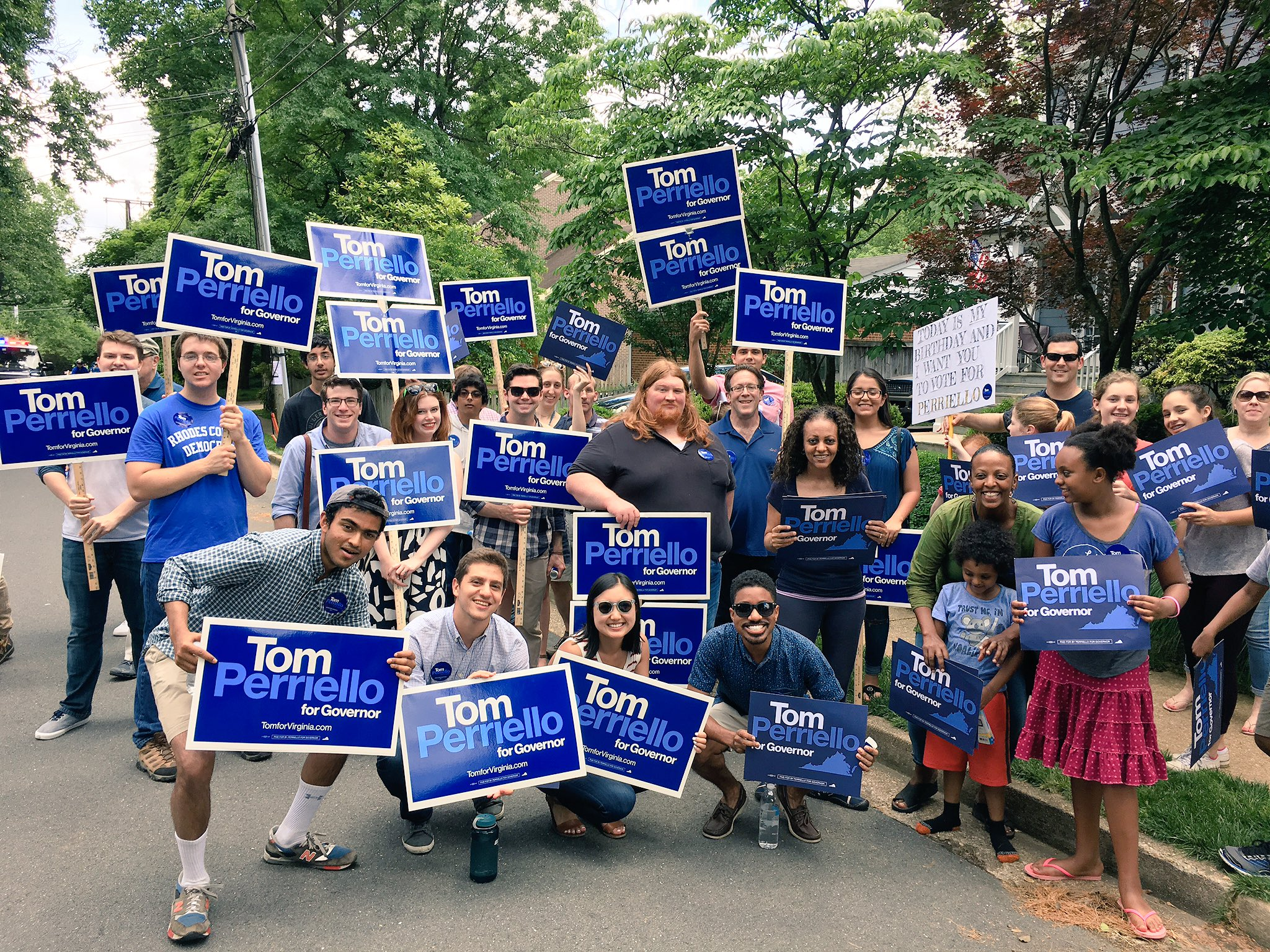 We're out in full force at today's Falls Church Memorial Day parade! ����  #15days #TeamTom https://t.co/3cVyPsiUyj