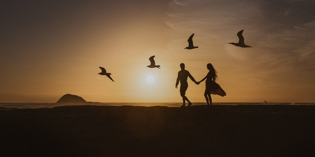 Romantic Muriwai Beach snap among world's best engagement photos for 2017 - National