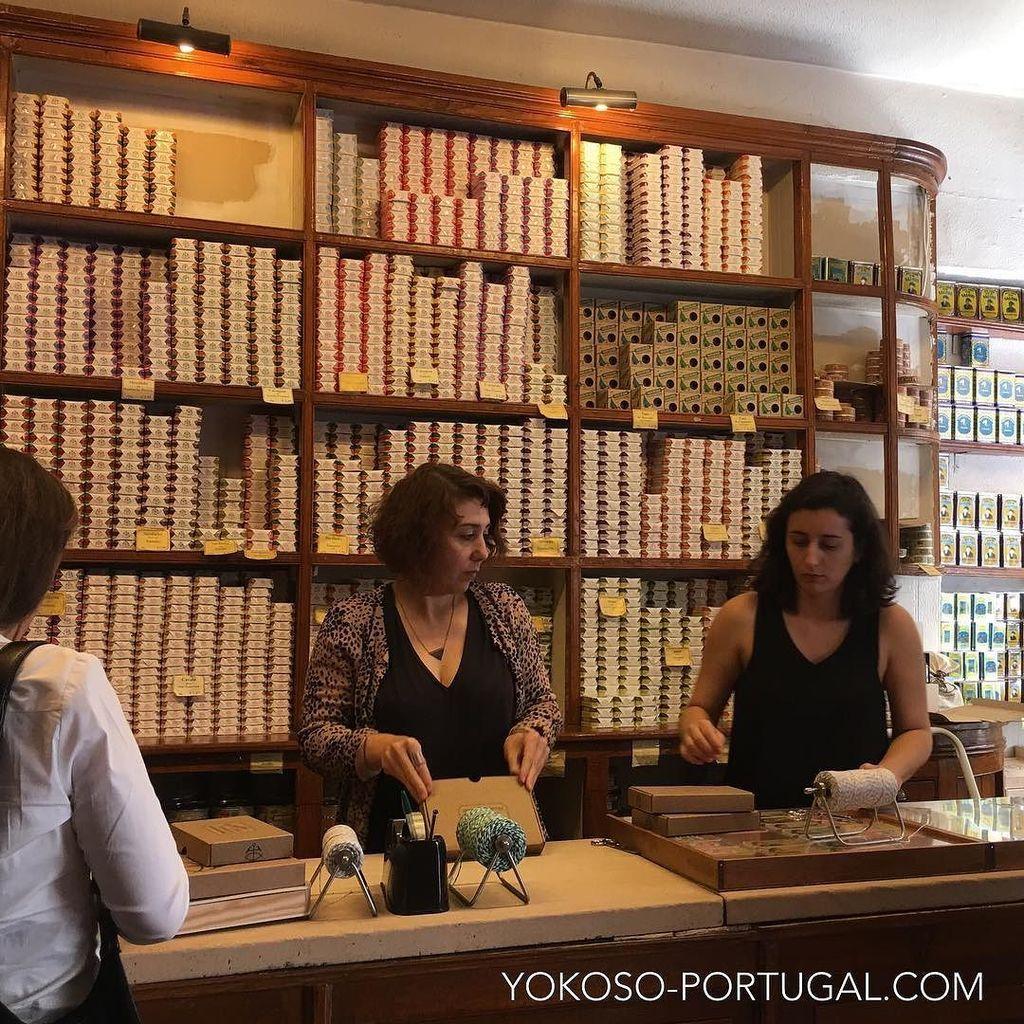 test ツイッターメディア - 創業1930年のリスボンの老舗缶詰屋さん、コンセルヴェイラ・デ・リスボア。かわいいパッケージの缶詰はお土産にもってこいです。なお缶詰は機内持ち込み出来ないので、必ずスーツケースに入れ、預け入れ荷物としてお持ち帰り下さい。 #リスボン #ポルトガル https://t.co/H6us6UeIDr
