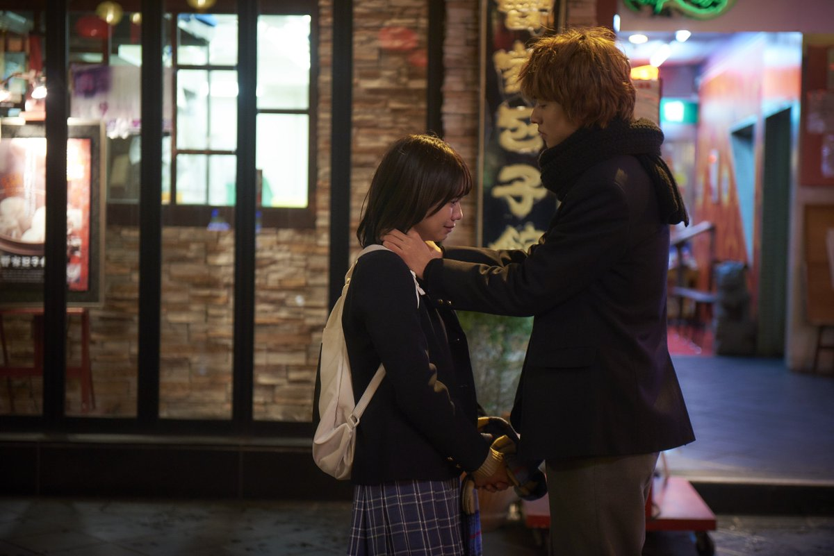 神戸の中華街で涙ぐむエリカの首もとにネックレスを着ける恭也。#山崎賢人 #二階堂ふみ #オオカミ少女と黒王子
