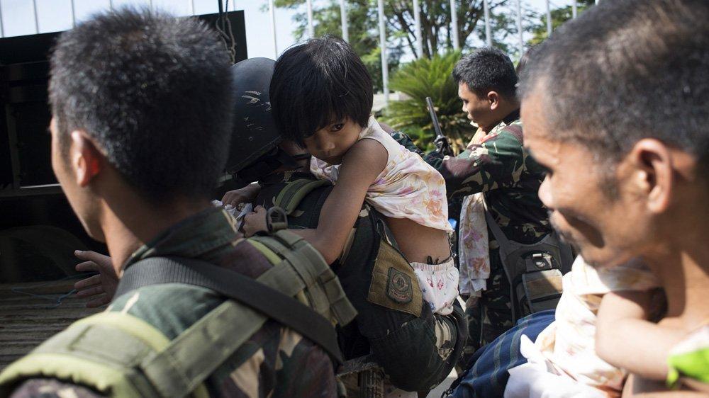 Dozens flee 'ISIL gunmen' in besieged Philippine city
