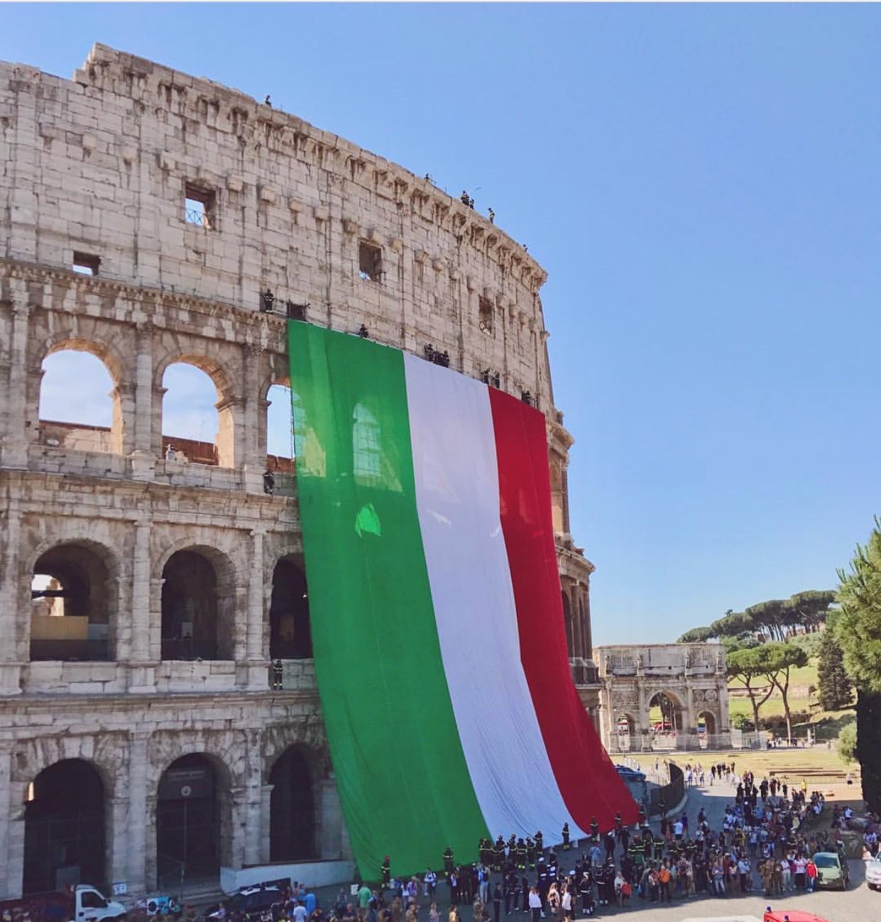 Wow! The #Colosseum with the giant flag @Italia #2giugno (ph. Instagram zimmer07 that_tay_cray scandi.navia vir_di) https://t.co/sWD8QmgZQu