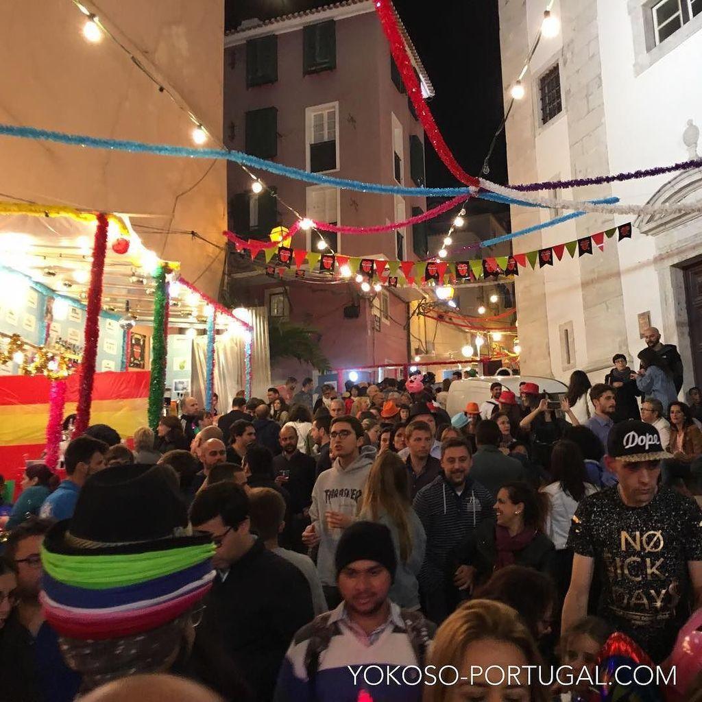 test ツイッターメディア - リスボン、アルファマ地区のサン・ミゲル教会前。土曜日なので深夜まで盛り上がっています。 #リスボン #ポルトガル https://t.co/65e8q3RDvK