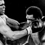 Na Luta do Século, em 1974, Muhammad Ali (Cassius Clay) venceu George Foreman