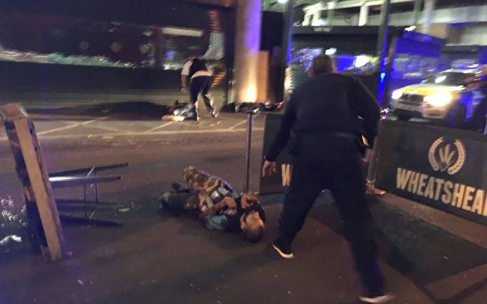 6 killed after militants plough van into crowd on London Bridge https://t.co/DepAoYNcAw https://t.co/tkB4XUUNQP