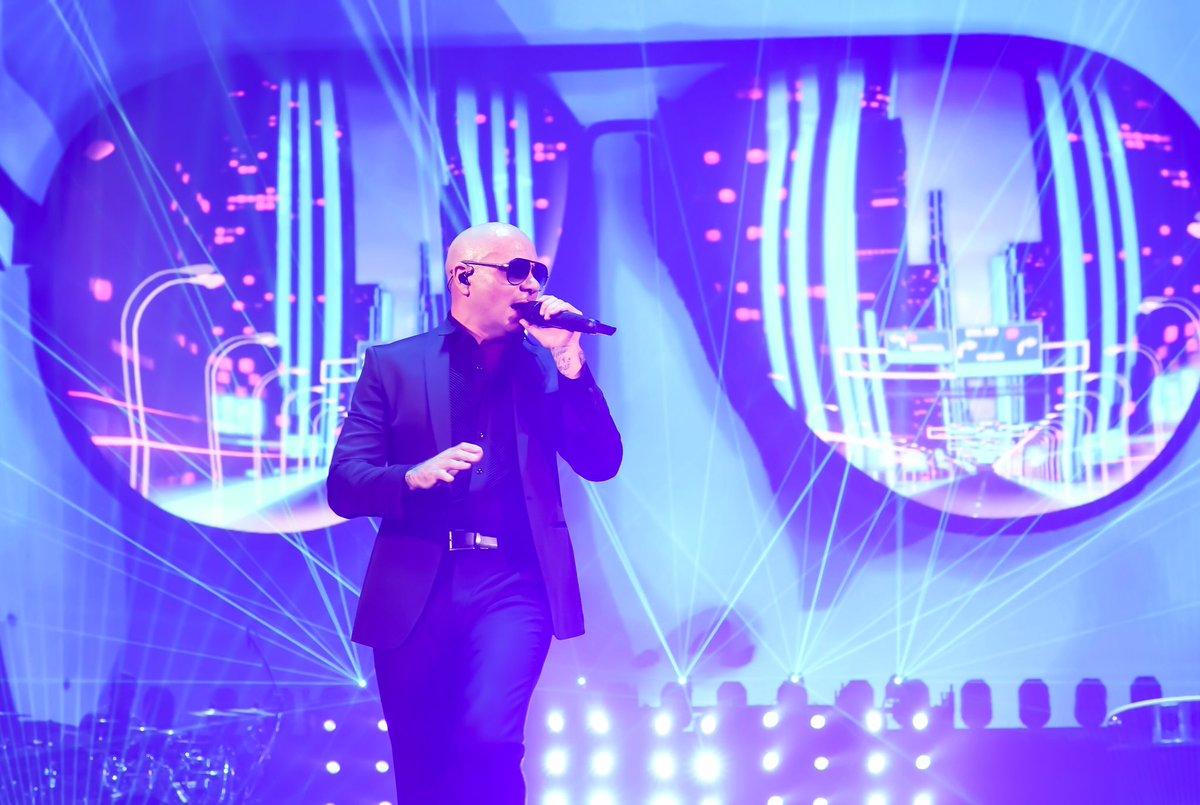 Chicago! Tonight was amazing #AllstateArena #EnriquePitbullTour #Dale https://t.co/J6WSbzcVKN