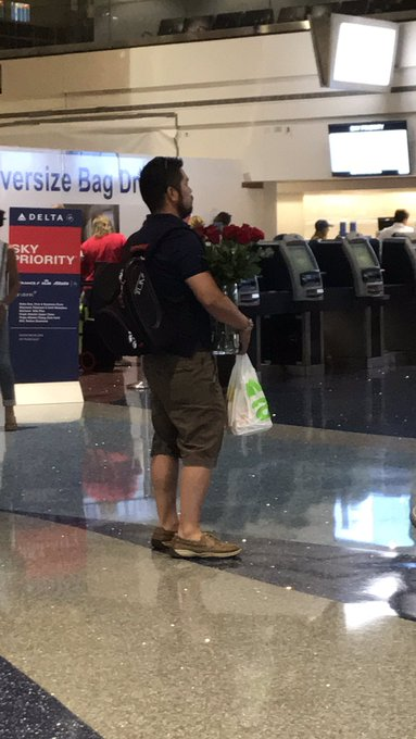 Aw how cute: he was waiting for a chick to surprise her with flowers at the airport. 🌹❤️🌹 https://t.