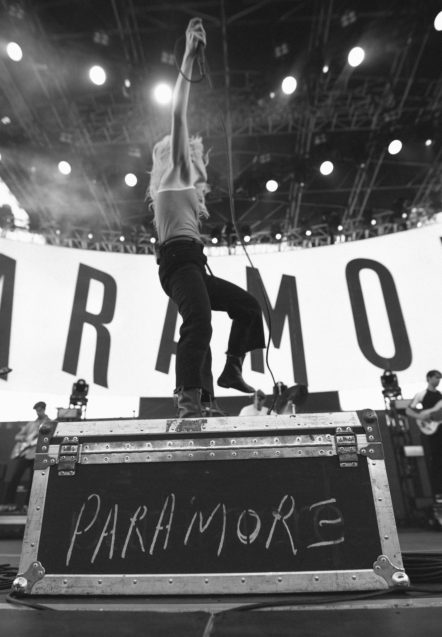 ready for more shows. thanks @elmakias for these photos from the @kroq Weener Roast. https://t.co/z6gl7sSM7O