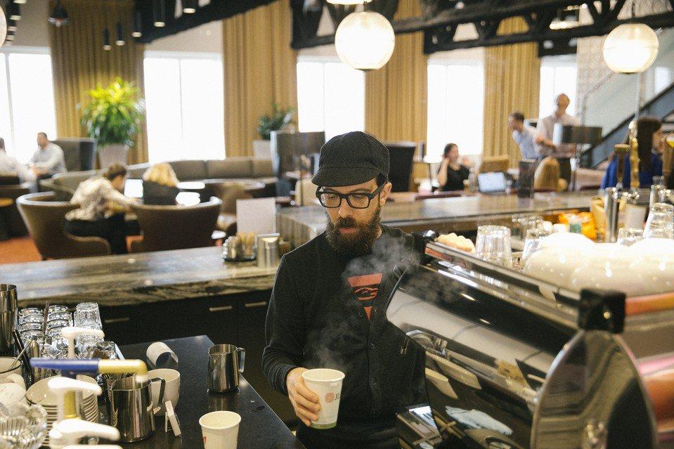 職場の #コーヒー、バリスタが入れます 社員が買い出しに行かなくてもいいように社内に #カフェ を設置し、プロが入れるエスプレッソや水出しコーヒーを提供する米企業が増えている