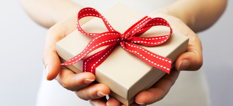 К чему снится дарить подарок умершему человеку