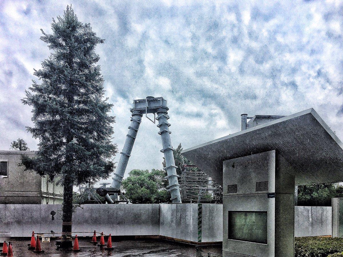 お台場 ダイバーシティ東京 プラザ。雨が激しいです。現在建設中の機動戦士ガンダムUC実物大 ユニコーンガンダム。足の構造