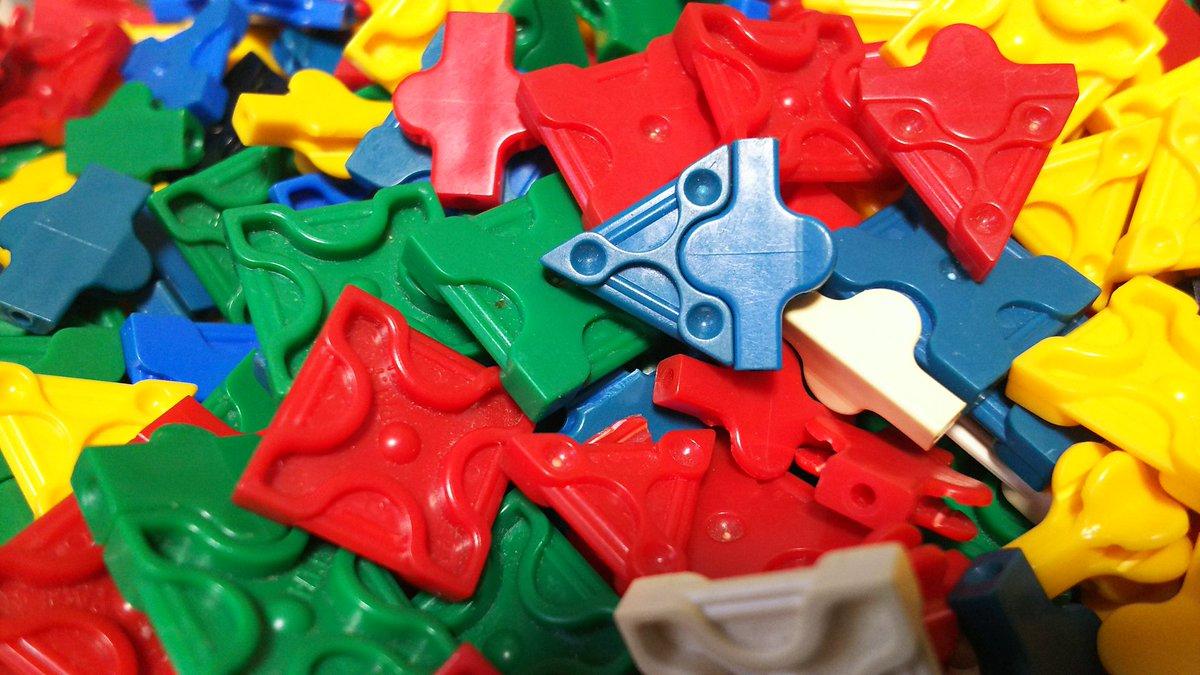 【LaQ de プラネ】押し入れの中からカラフルな三角や四角のLaQと言われるブロックを見つけた。ふと思いつき、黒のパー