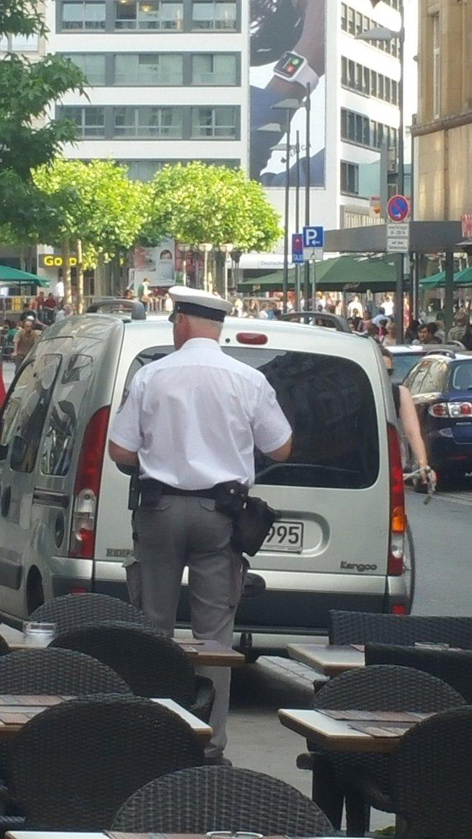 Im Zeitalter der #Gleichberechtigung: Politessen sind männlich. #Frankfurt https://t.co/r8VtMXfEAX