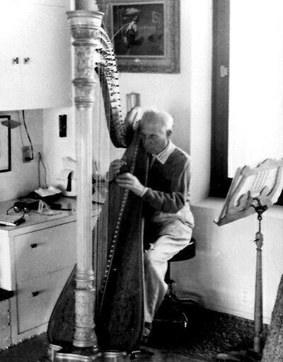 #HarpoMarx practicing in El Rancho Harpo living room. c.1960. The HarpoMarx estate: https://t.co/lj7gzPpgsO https://t.co/1SO5tRonow
