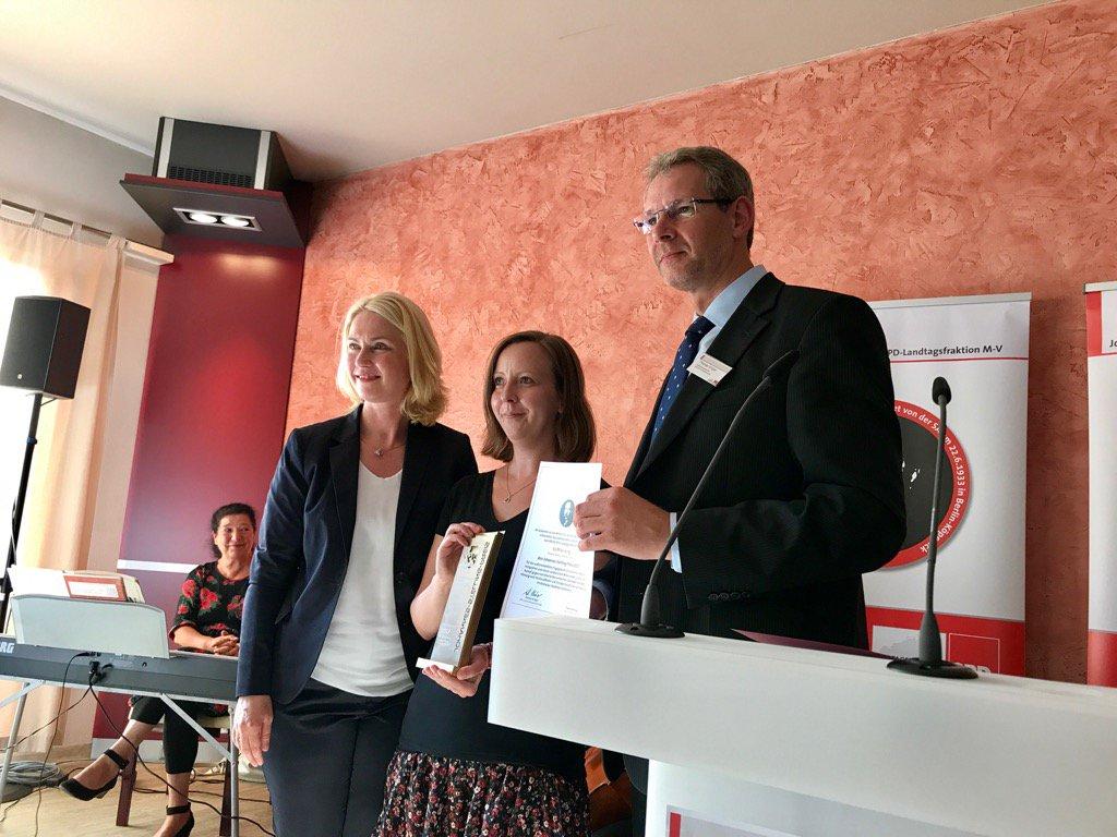 Herzlichen Glückwunsch Steffi Brüning zum #JohannesStellingPreis2017 der @SPDLandtagMV! https://t.co/vXuwY3YRSq