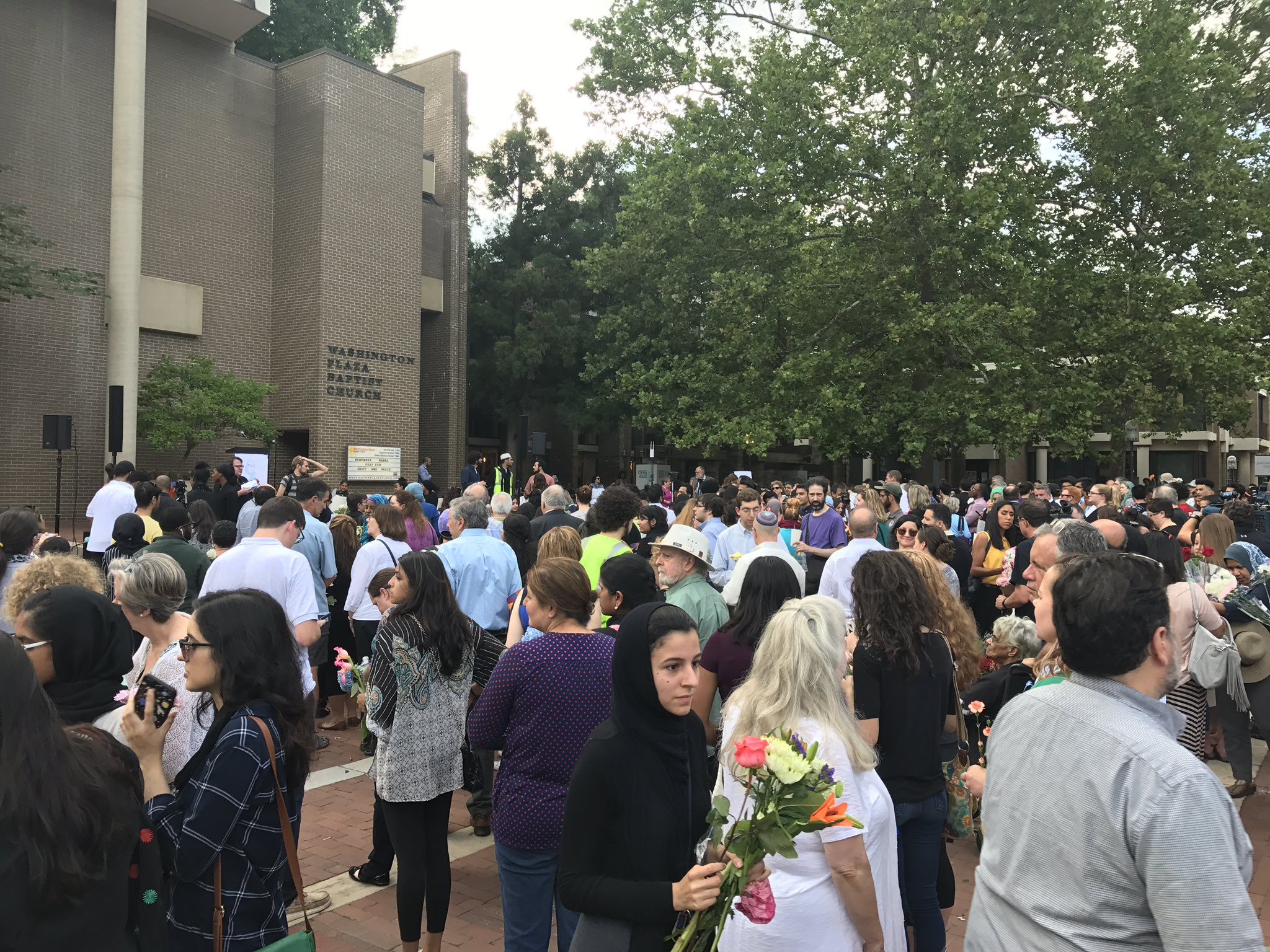 Enormous crowd in Reston for #Habra vigil. Virginians will stand together against violence and for love of neighbor. https://t.co/PBXqkGHM2w