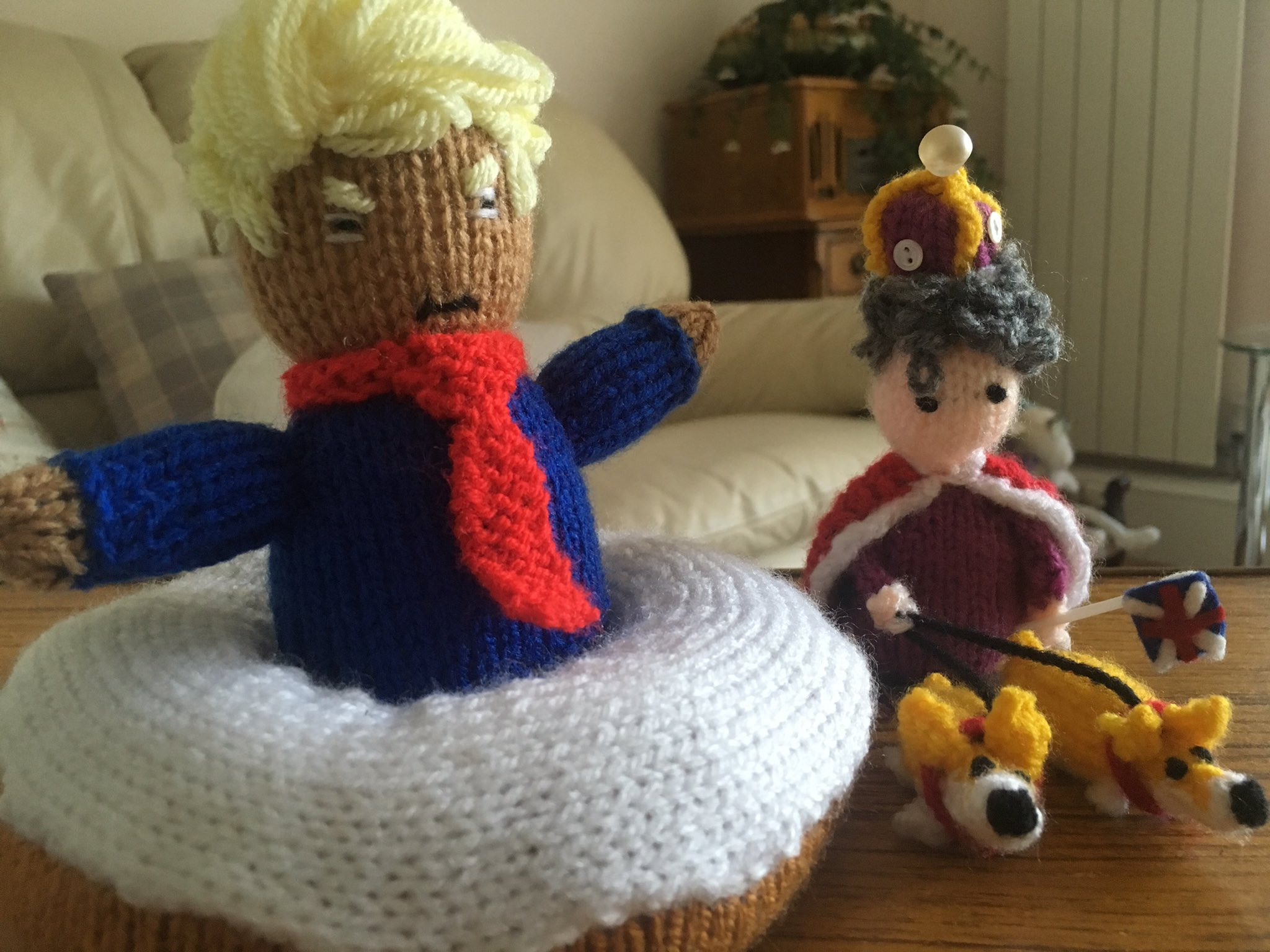 My mother loves to knit. Here's Donald Trump in a doughnut & Queen Elizabeth with her corgis. https://t.co/ASo46traFy