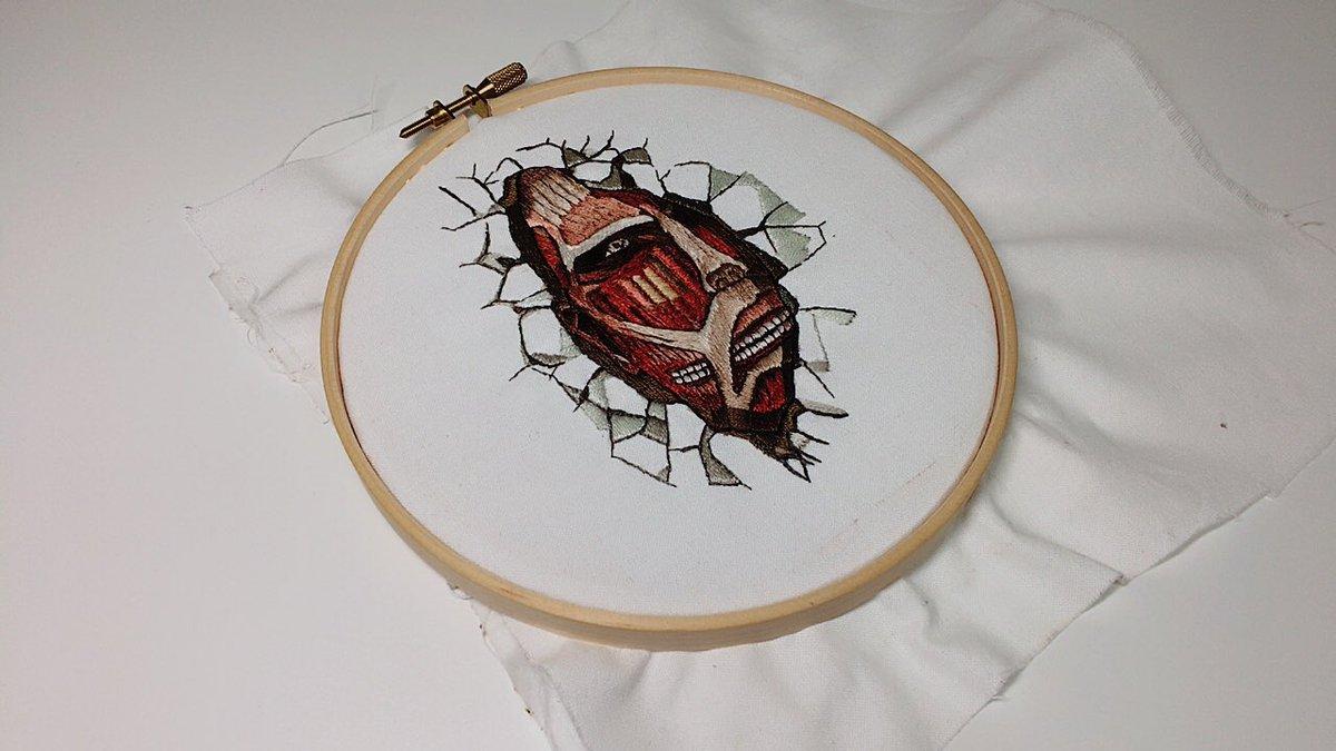 壁の中の巨人を刺繍しました!今までで1番難しかった……もう色とか全然分からなくてめちゃくちゃ😇壁に飾るとシュールでいいか