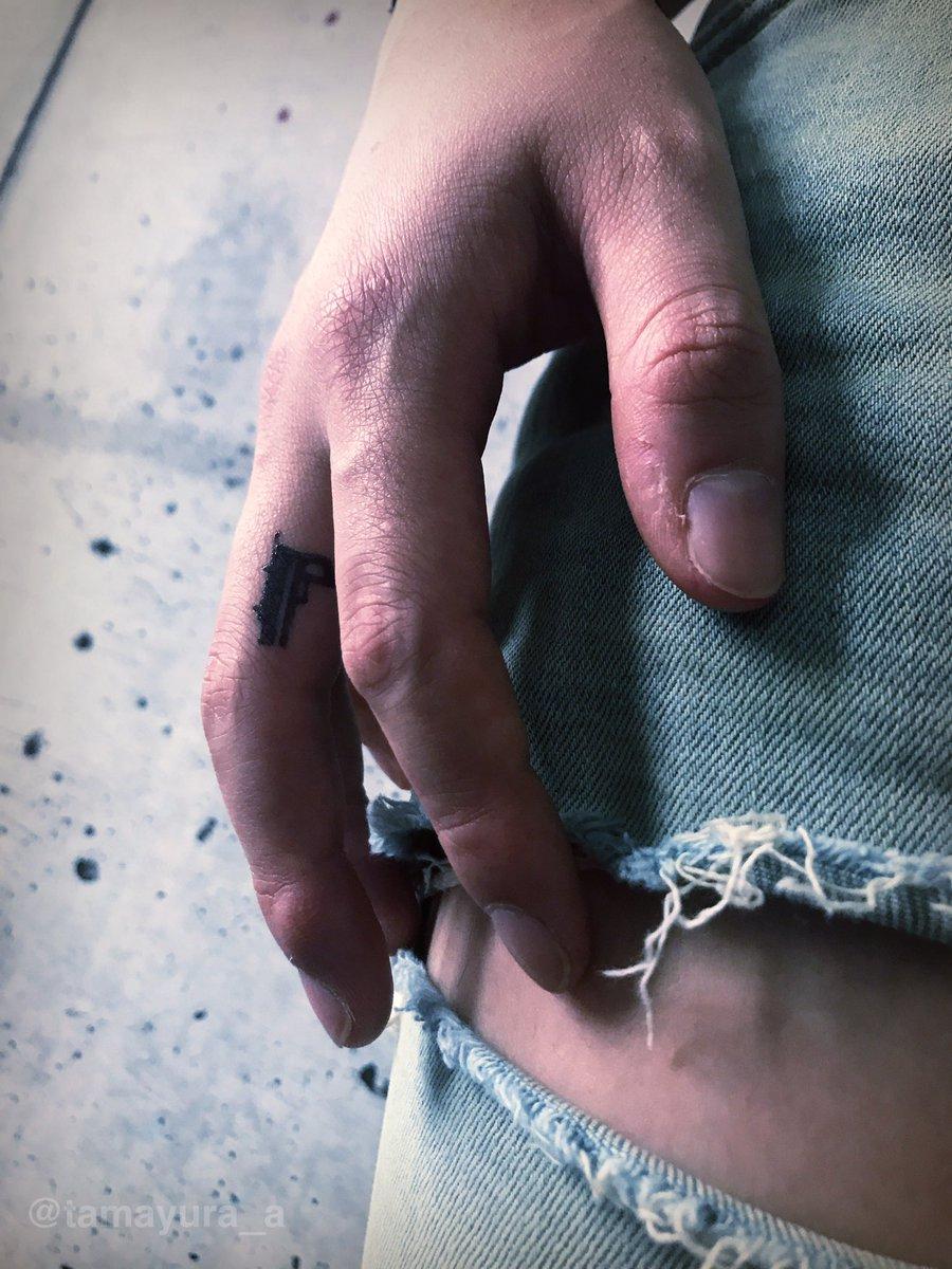 指に小さなピストル。#ジャグアタトゥー #tattoo #たまゆら