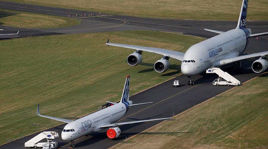 Boeing outsells Airbus at