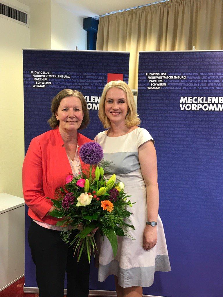 Herzlichen Glückwunsch #MartinaTegtmeier zur Nominierung WK12! Freue mich über meine kompetente Nachfolgerin👍 https://t.co/FwyM3pqt84