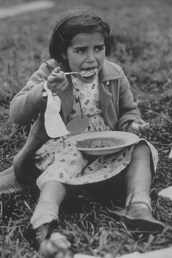 RT @Raquel_Marti_: Una refugiada española, con su primera comida tras llegar a Inglaterra (1938). https://t.co/AnI9mCQvNd
