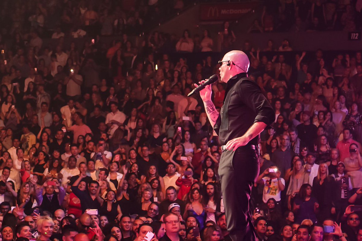 Los Angeles! Last night at the @STAPLESCenter was legendary #EnriquePitbullTour https://t.co/oz2XDHswLR