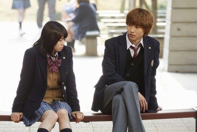 学校の校庭のベンチで会話するエリカと恭也。恭也の足の組み方がクールです。 #山崎賢人 #二階堂ふみ #オオカミ少女と黒王