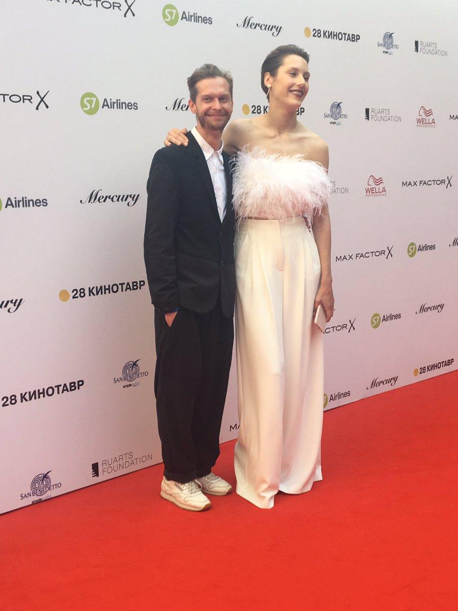2019 год - На «Кинотавре» Чаруша шокировала голым платьем, а Боярская с Ходченковой блеснули декольте.