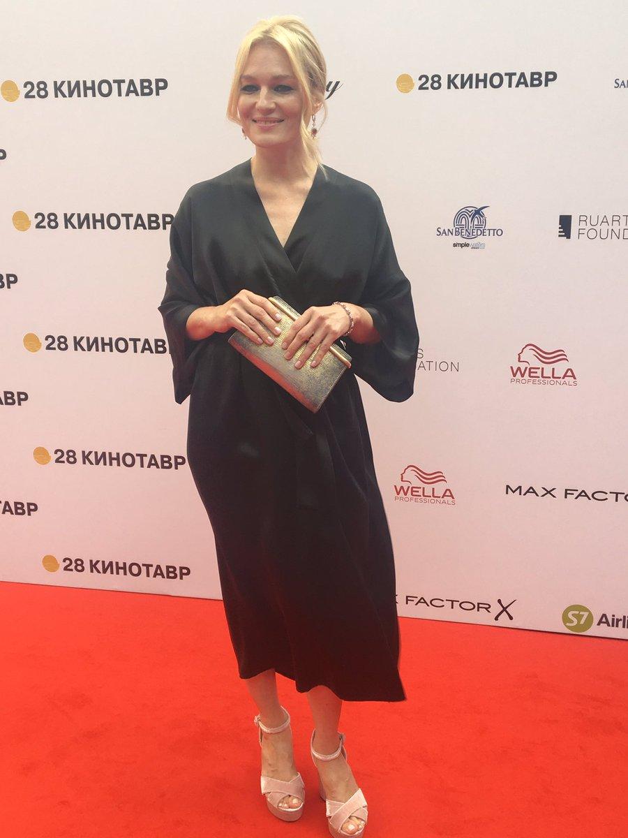 Смотреть На Кинотавре Чаруша шокировала голым платьем, а Боярская с Ходченковой блеснули декольте видео