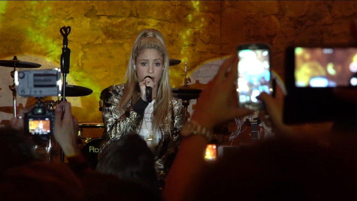 Aquí está Shak interpretando la canción Chantaje en la fiesta de presentación de El Dorado en Barcelona! ShakHQ https://t.co/hysOsz8ho3